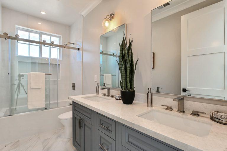 Main Upper Bathroom